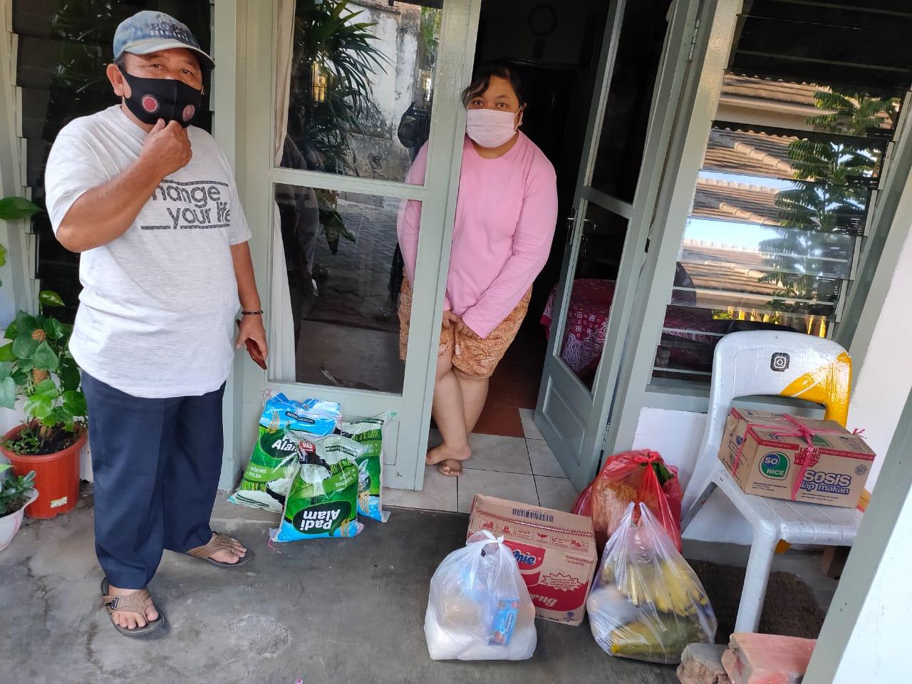 Pemerintah Desa Pesanggrahan Menyalurkan Bantuan Pangan Bagi Warga yang Menjalani Isolasi Mandiri